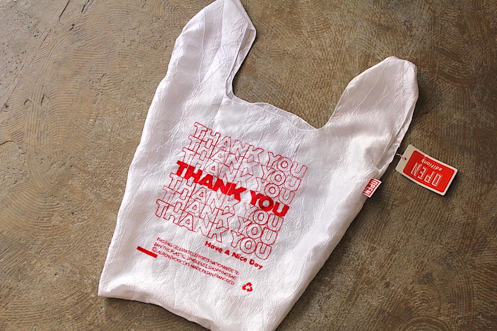 2b4ce5fd77a2 デザインと製造を手がけているのは、アメリカで最初にビニール袋の禁止条例を制定したサンフランシスコを拠点に、ユニークな活動をするOPEN-EDITIONS となります。
